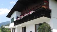 Unser Haus befindet sich in ländlicher Umgebung. Ein wundervoller Blick auf Lienz und die Lienzer Dolomiten begleitet Ihren Urlaub.